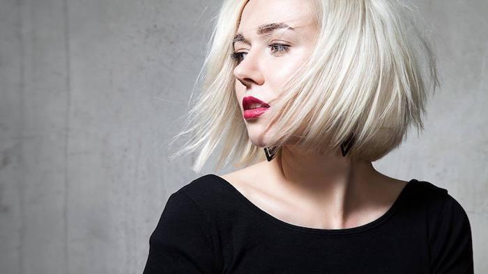 carré plongeant visage rond, cheveux lisses blond polaire avec du volume, robe noire simple et chic