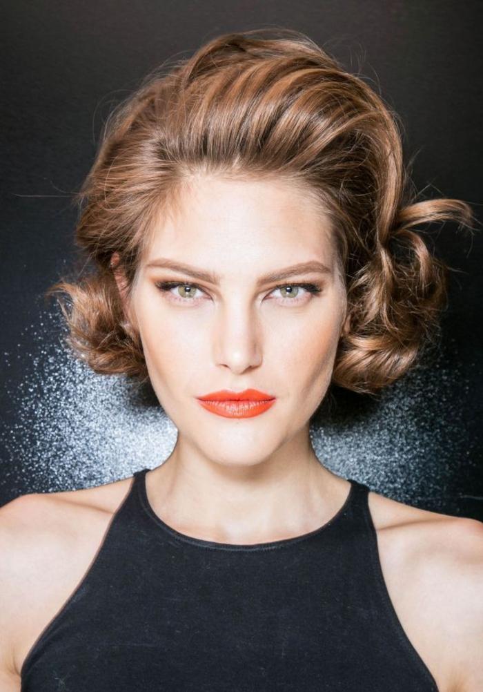 une coiffure vintage à l'allure classique et intemporelle avec un carré rétro glamour