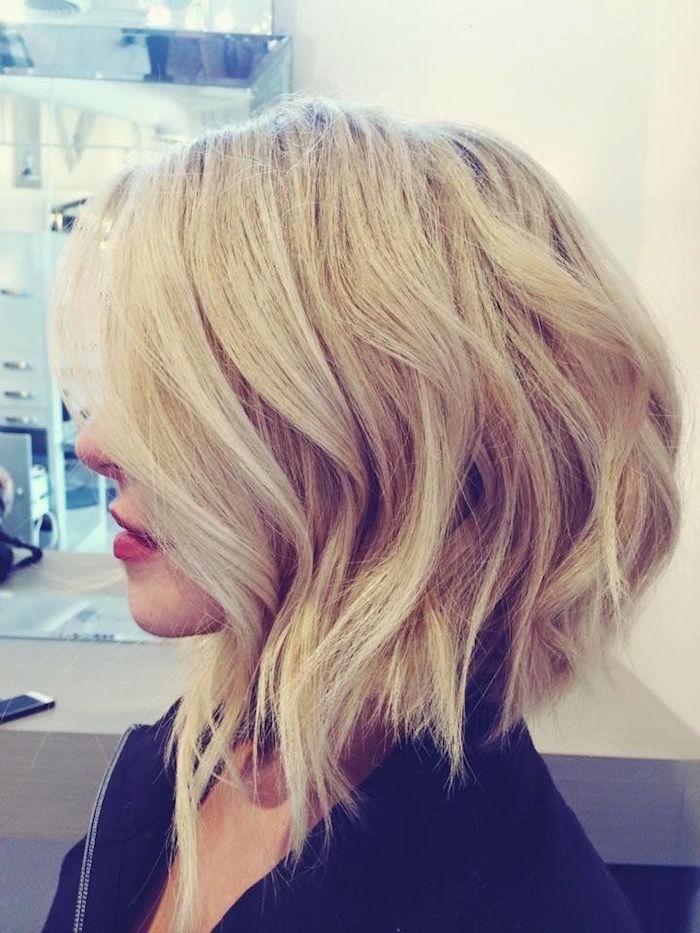 carré plongeant long bouclé blond coiffure tendance femme