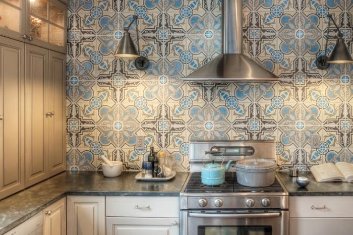 carrelage cuisine mur, meubles de cuisine en bois peints blancs avec poignées argentées, équipement de cuisine métallique