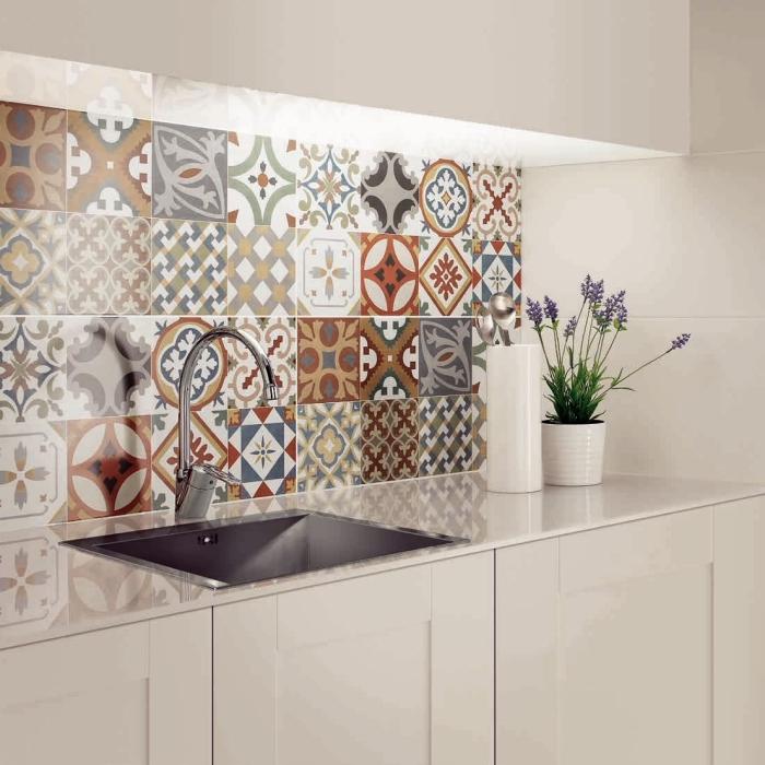 credence carreau de ciment, meubles de cuisine blanc sans poignées avec robinet en argent