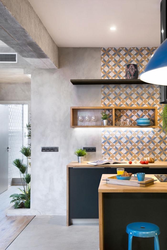 stickers carreaux de ciment, cuisine aux murs de béton et plafond blanc avec éclairage led, meubles de cuisine noir mat et bois