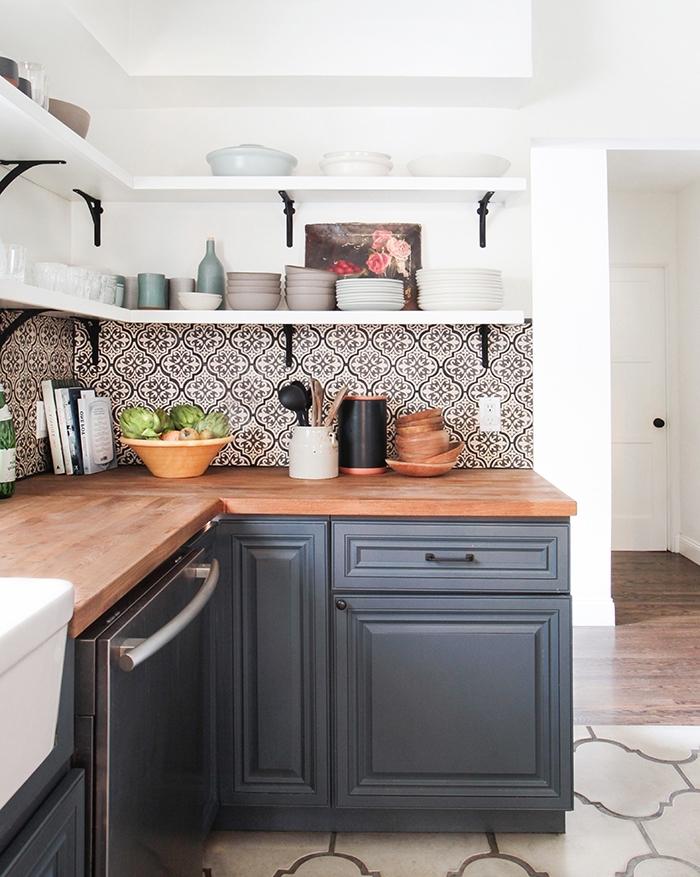 carrelage cuisine sol, crédence de cuisine aux carreaux de ciments blanc et noir, rangements horizontal d'angle pour la cuisine