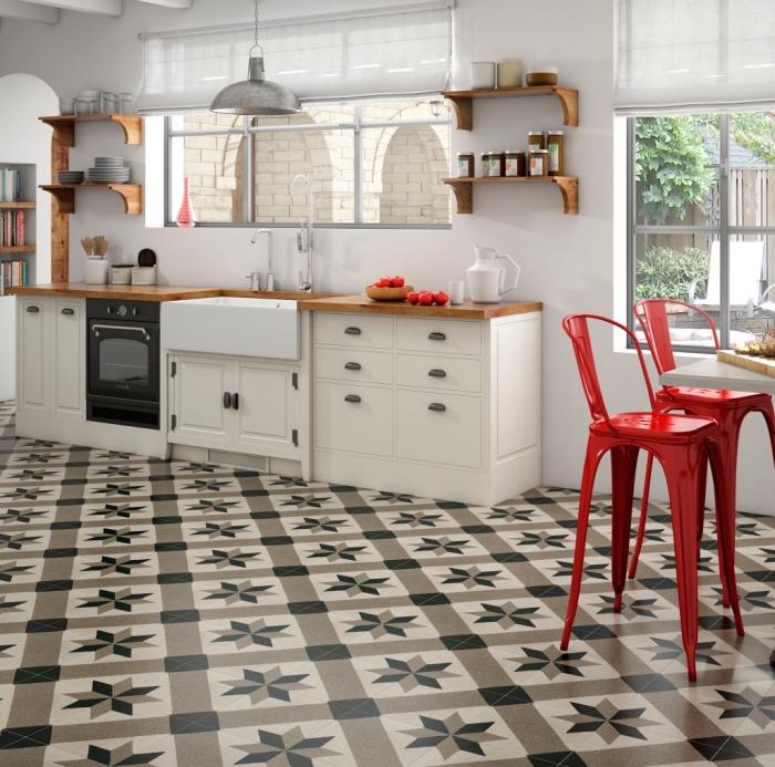 imitation carreaux de ciment, cuisine ouverte vers la salle à manger avec chaises hautes en rouge