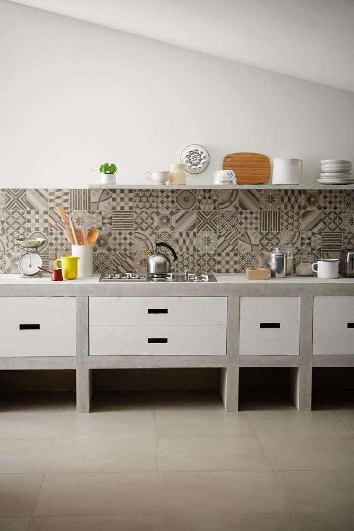 credence carreau de ciment, aménagement de cuisine sous pente avec plafond blanc et carrelage de sol beige