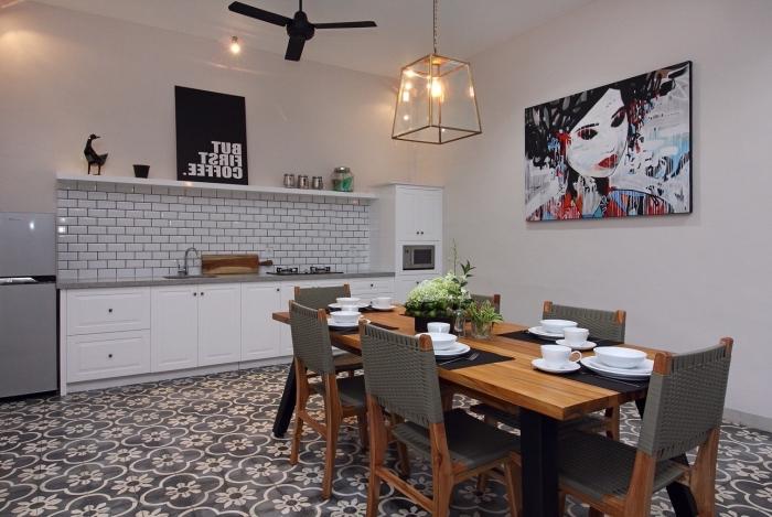 credence carrelage blanc, revêtement de sol imitation carreaux de ciments blanc et noir aux motifs floraux