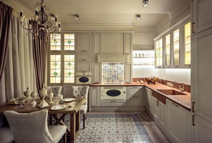 cuisine de style vintage et baroque, meubles cuisine de luxe avec lustre en fer et bougies blanc et noir