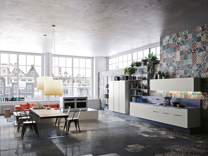 idee deco cuisine, pièce au plafond béton et revêtement mural dans la cuisine aux carrelage multicolore