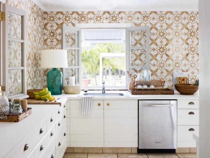 crédence imitation carreaux de ciment en beige et blanc aux motifs végétales, cuisine d'angle avec meubles blancs