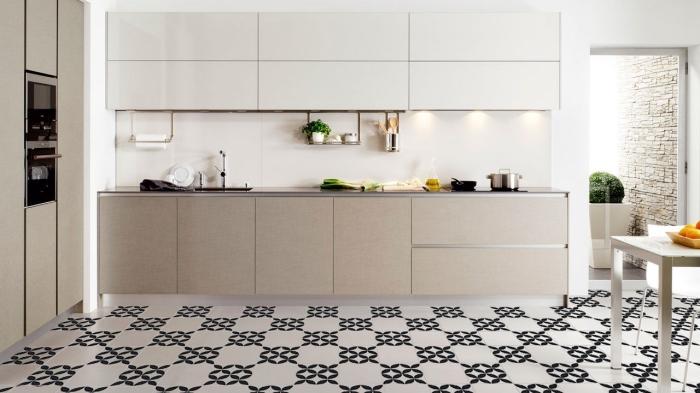 cuisine carreaux de ciment, meubles de cuisine moderne en blanc et beige sans poignées, éclairage sous meubles cuisine