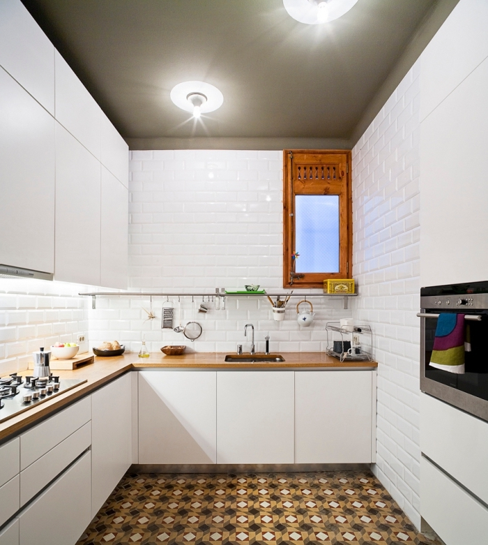 credence carrelage blanc d'imitation briques blanches, comptoir de cuisine en bois clair et robinet argenté