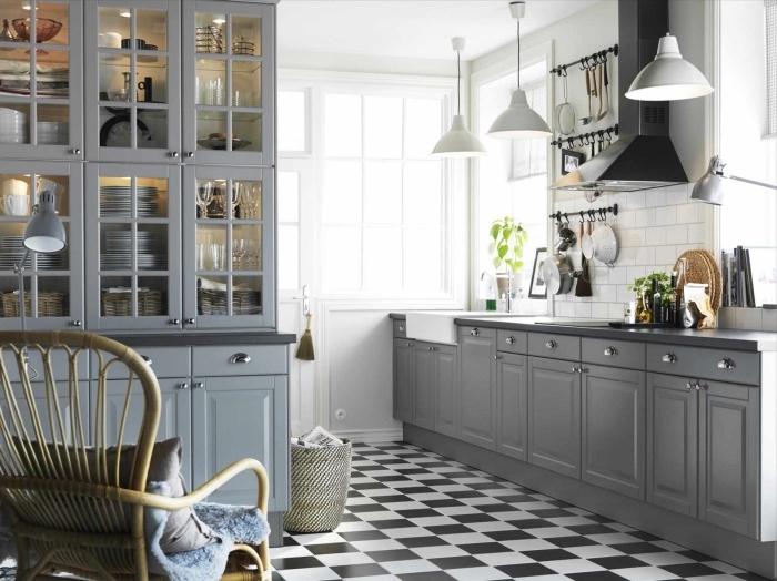 carrelage cuisine mur blanc d'imitation briques, meubles de cuisine en bois peints taupe, lampes suspendues blanches