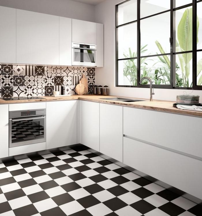 credence carrelage, revêtement de sol au carrelage blanc et noir, meubles de cuisine blancs sans poignées