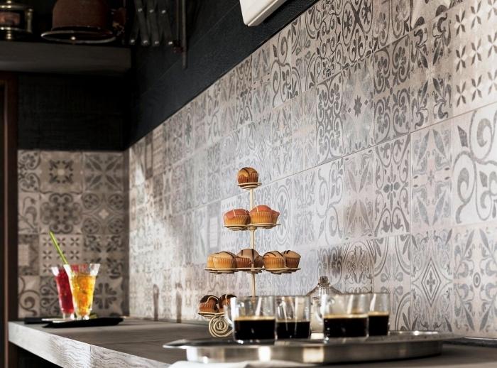 carreaux de ciment credence, cuisine aux murs peints noirs avec carrelage murale en ciment et motifs floraux