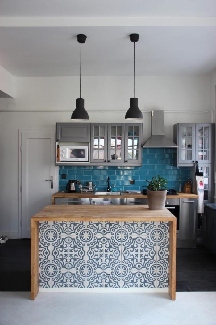 cuisine carreaux de ciment sur l'îlot centrale aux motifs végétales, carrelage crédence bleu turquoise d'imitation briques