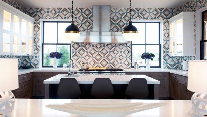 carrelage imitation carreaux de ciment en blanc et bleu, meubles de cuisine en bois foncé et comptoir blanc