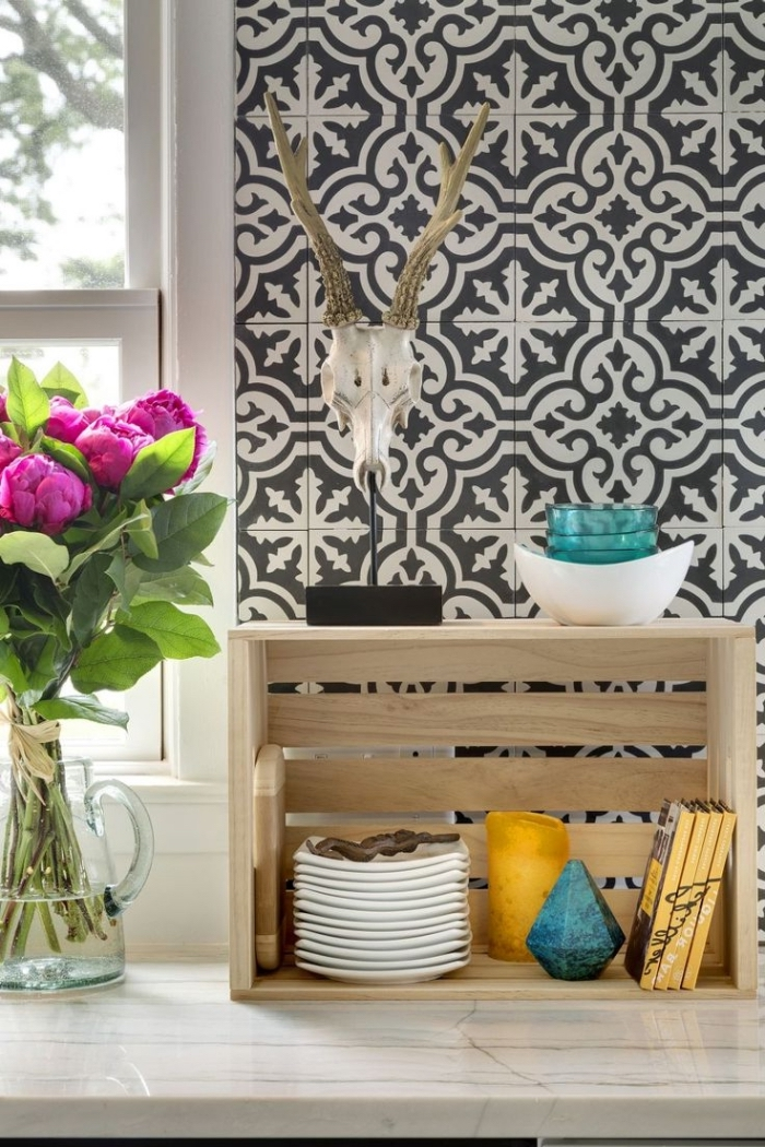 idee deco cuisine, revêtement mural dans la cuisine au carrelage imitation carreaux de ciment blanc et noir