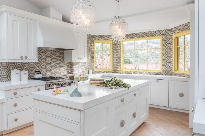 idee deco cuisine, lustres de cuisine en cristaux, cuisine au plafond blanc et plancher en bois clair