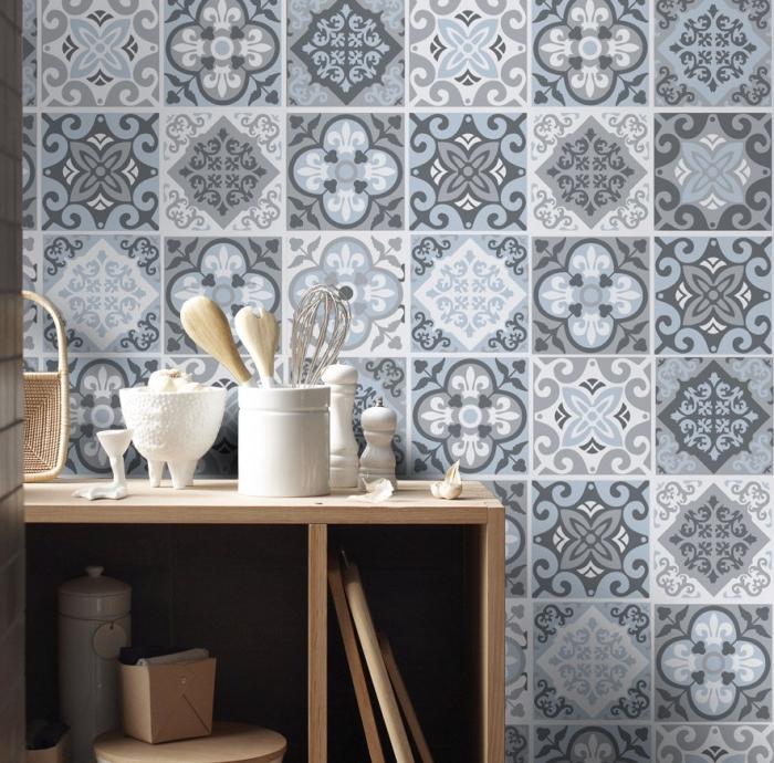 carreaux de ciment, décoration de la cuisine avec meubles et objets en bois, revêtement mural de la cuisine en carrelage de ciment bleu et gris