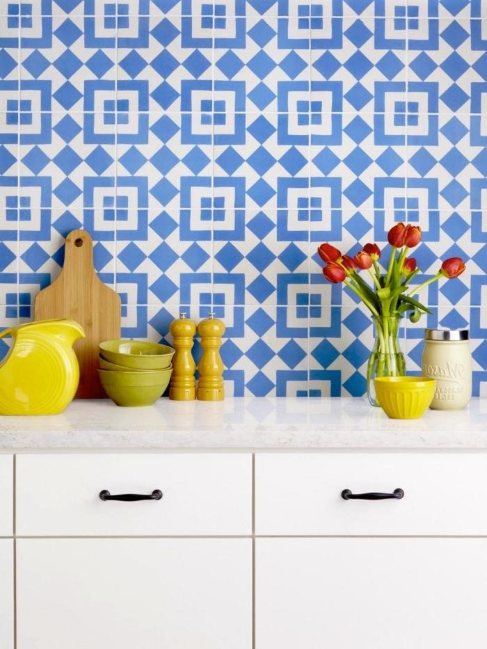 carreaux de ciment cuisine en blanc et bleu aux motifs géométriques, objets décoratifs pour la cuisine en jaune et vert