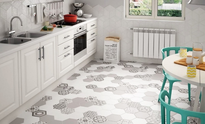 credence carrelage blanc, meubles de cuisine en bois peints blancs avec poignées métalliques et robinet argenté