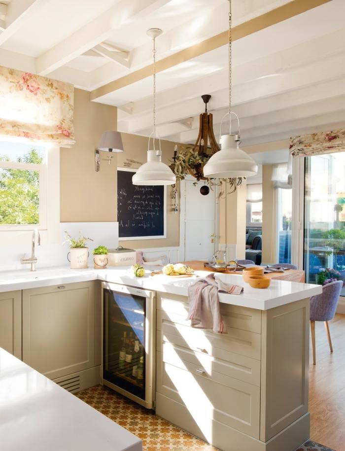 idee deco cuisine, peinture murale en beige et blanc, plafond blanc avec poutres en bois et lampes suspendues blanches