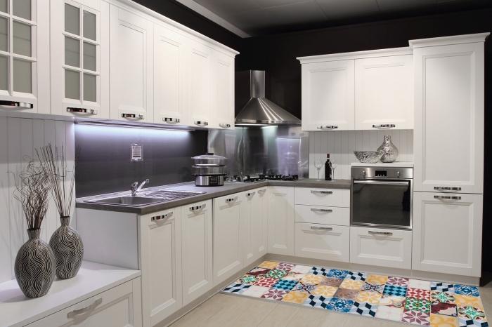 idee deco cuisine, aménagement de cuisine d'angle moderne avec carreaux de ciments multicolore