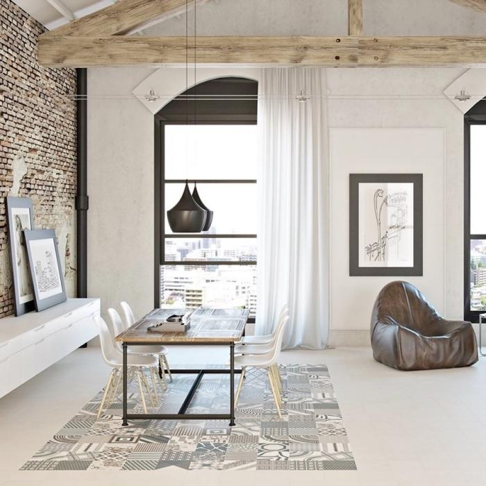 imitation carreaux de ciment sur le sol, cuisine ouverte vers le salon et la salle à manger de plancher blanc avec charpente de bois