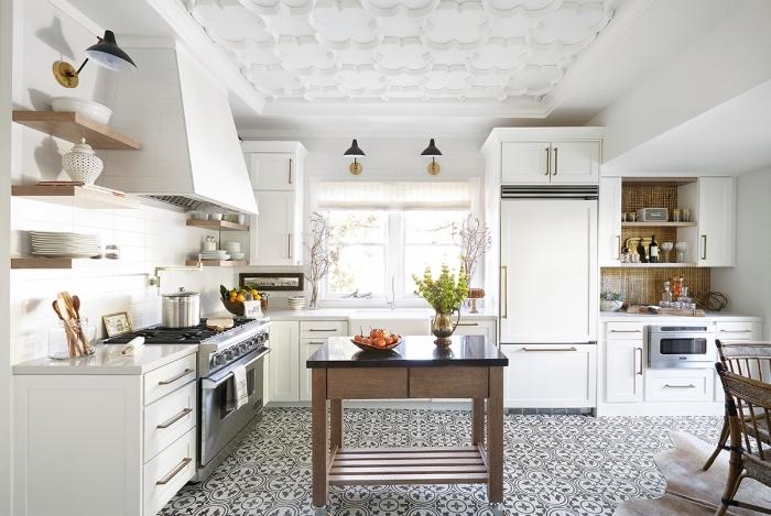 credence carrelage blanc, plafond de cuisine blanc avec décoration florale en plâtre, revêtement de sol en blanc et noir