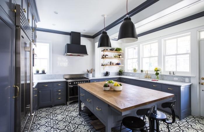 carrelage cuisine blanc d'imitation briques, meubles de cuisine en bois peints bleu foncé mat, plancher au carrelage blanc et noir