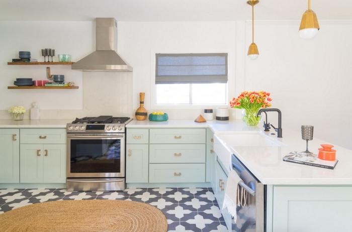carrelage ciment blanc et noir sur le sol, déco de cuisine d'angle avec meubles verts et comptoirs blancs