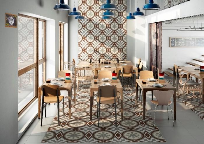 carrelage cuisine mur en marron et gris, meubles de cuisine en bois clair, modèle de lampes suspendues hautes en bleu foncé