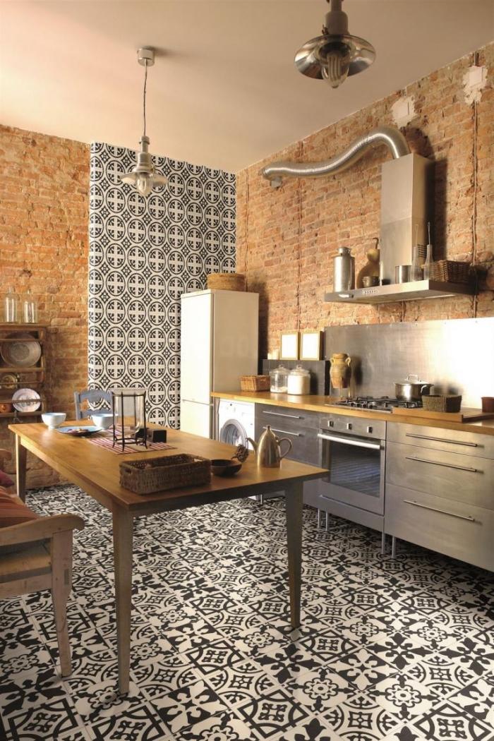 cuisine carreaux de ciment, déco de cuisine en marron et gris, revêtement de sol en blanc et noir au carrelage design végétal