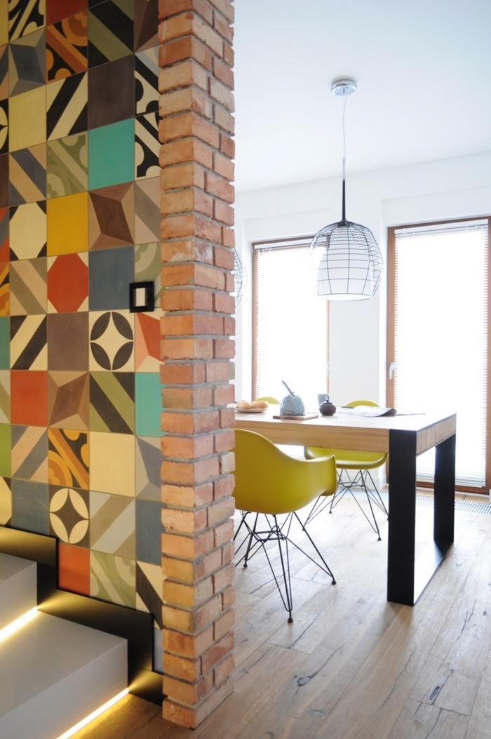 carrelage ciment, aménagement de cuisine ouverte vers la salle à manger avec meubles en bois