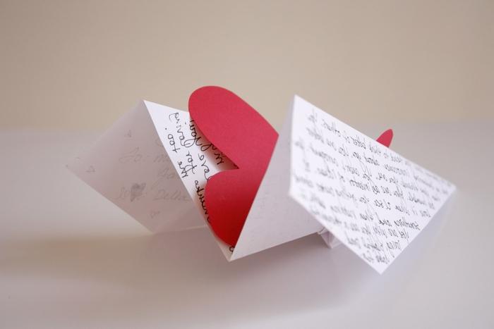 de petits message d amour originaux en avions en papier décorés avec de petits coeurs en papier