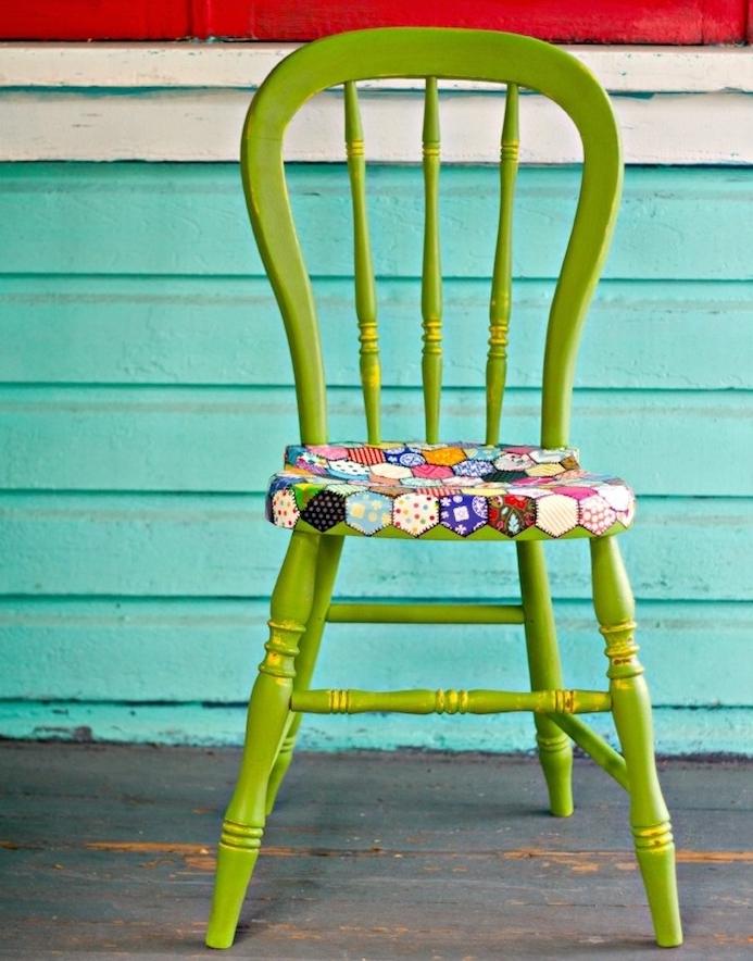 exemple de chaise relookée de peinture verte, et assise colorée à motifs variées, idée peinture pour meuble