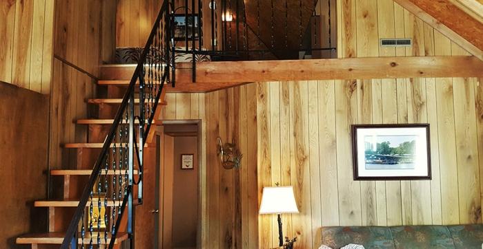 chalet loft en bois, escalier loft avec rambarde fer forgé, intérieur cosy et chaleureux,