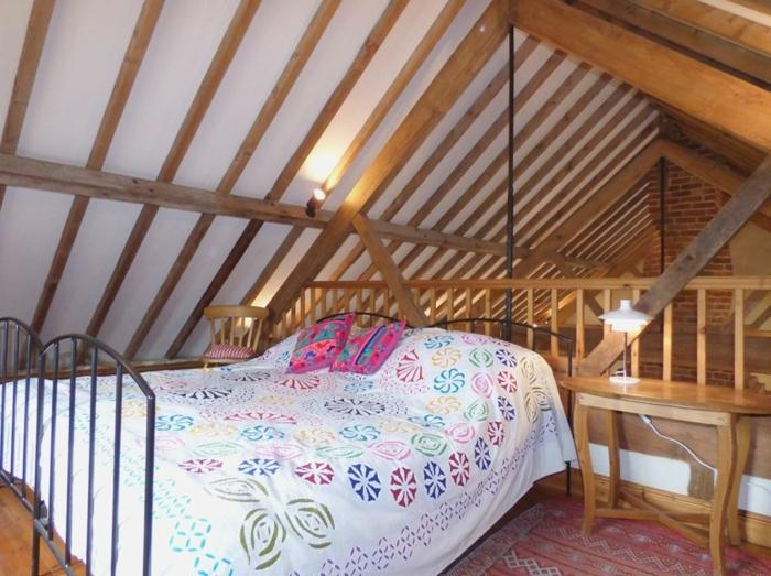 chalet avec petit mezzanine, petite chambre en style boho, chambre attique