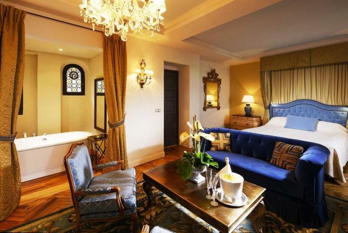 chambre à coucher baroque moderne, table en bois foncé, fauteuil bois et textile