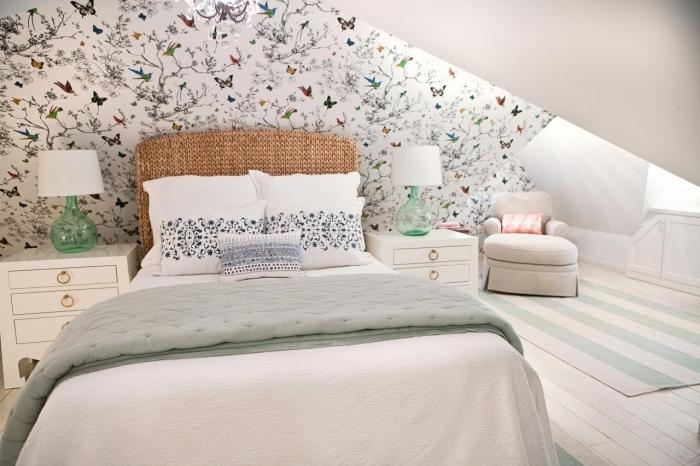decoration chambre mansardée adulte, tapis rayé en blanc et vert pastel, couverture de lit en vert pastel, tête de lit marron en fibre végétale