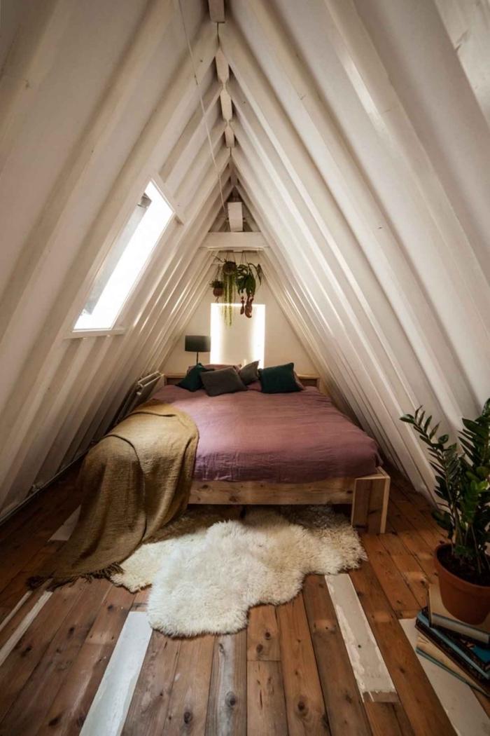 idee deco chambre mansardée, modèle de lit en bois avec matelas et couverture en violet et plaid en couleur kaki beige