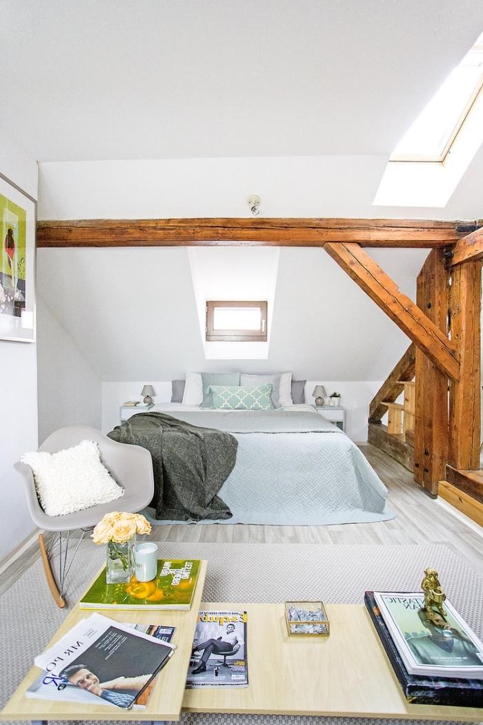 decoration d interieur, pièce féminine aux murs blancs avec petites fenêtres et charpente en bois marron