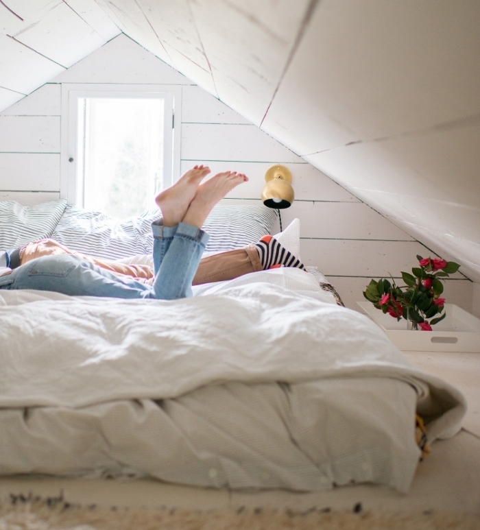 decoration chambre mansardée , chambre à coucher blanche en bois, modèle de lit bas et compact pour une petite chambre