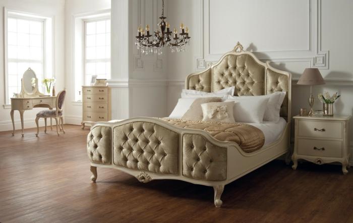 chambre baroque, lit couleur champagne, plafonnier baroque, petite cioiffeuse victorienne, chevet couleur crème