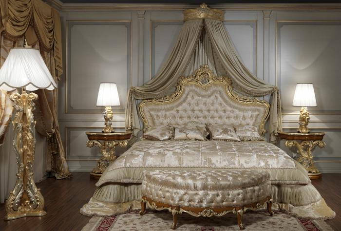 chambre baroque, lit baroque avec ornements dorés, lampes de sol baroques
