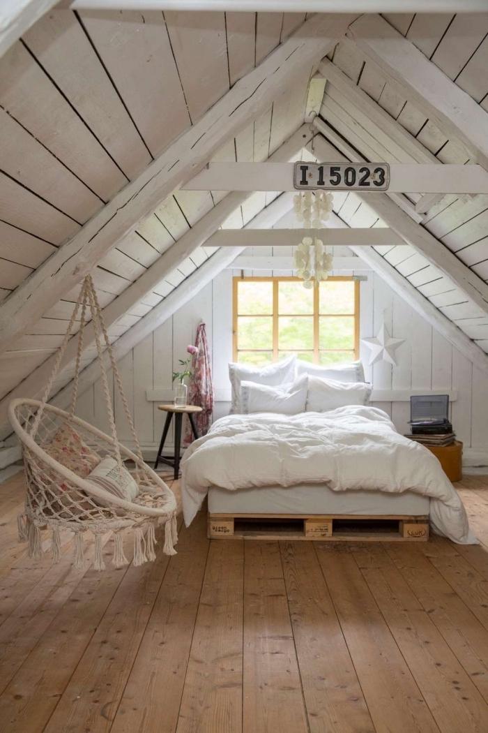 deco chambre, chaise suspendue avec frange et housse beige à motifs floraux, petite table ronde en bois avec pieds noirs