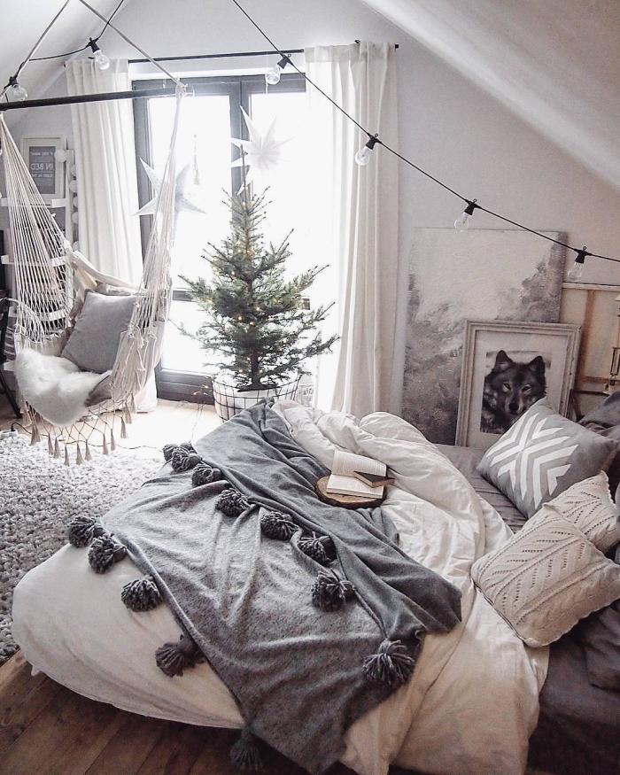 chambre a coucher, tapis gris moelleux sur plancher en bois stratifié, grande fenêtre avec rideaux blancs et longs