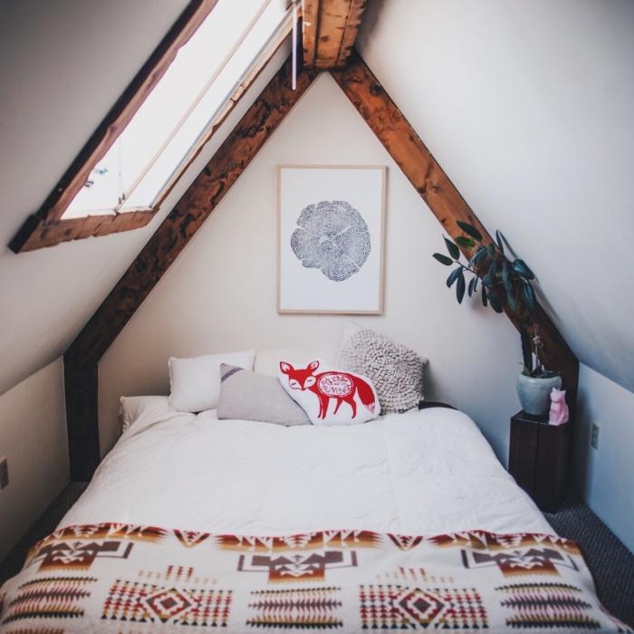 décoration chambre, aménagement petite pièce aux murs blancs avec charpente en bois foncé, pot à fleurs à design marbre gris