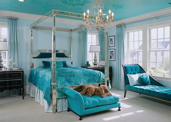 chambre de luxe moderne, chambre en bleu avec plafonnier magnifique, grande banquette capitonnée
