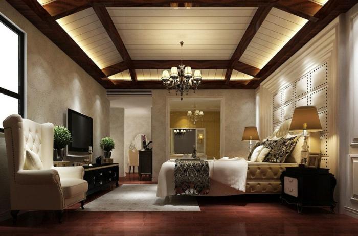 chambre de luxe moderne, plafond en poutres apparentes, plafonnier baroque